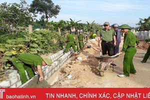 Công an Can Lộc cùng 'chạy nước rút' về đích NTM với người dân Gia Hanh