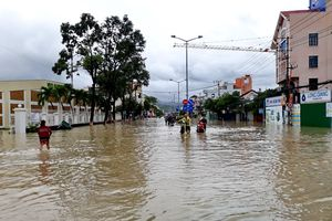 Gần 10 người thương vong và mất tích, đường sắt và đường bộ ở Khánh Hòa tê liệt