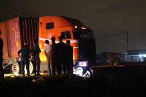 Xe máy va chạm với container ở Bình Dương, 4 người thương vong