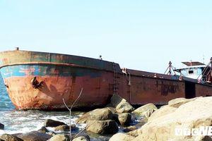 'Xẻ thịt' tàu vỏ thép mắc cạn tại biển Đà Nẵng bán phế liệu