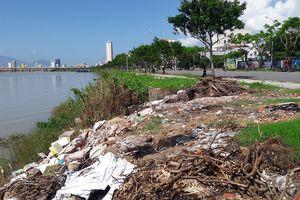 Rác thải dân đổ trộm bủa vây ven bờ sông Hàn, TP Đà Nẵng