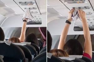 Nữ hành khách thản nhiên hong khô quần lót trên máy bay