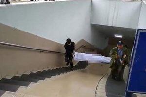 Thi thể người đàn ông chết cứng dưới đường hầm đi bộ