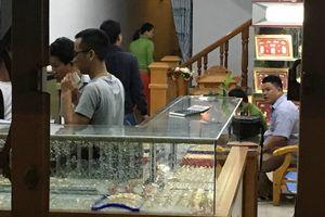 Nam thanh niên cầm búa xông vào đập tủ kính cướp tiệm vàng