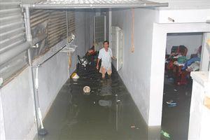 Nhà ngập sâu trong mưa lũ, dân Nha Trang oán trách các dự án san nền làm khu đô thị