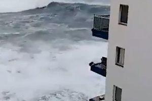 Nóng nhất hôm nay: Sóng cao hơn 12m phá hủy nhiều ban công chung cư ở Tây Ban Nha