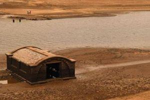 Anh: Nước hồ giảm sâu, để lộ cả một khu vực hoành tráng