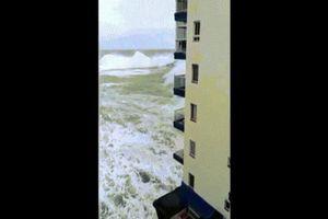 Sóng cao 12m ập vào cuốn bay ban công nhà cao tầng ở TBN