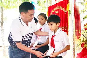 Trao học bổng Nguyễn Thái Bình - Báo cho học sinh nghèo