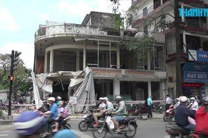 Sập nhà đang sửa chữa ở ngã tư, 2 người bị thương