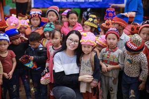 'Cô giáo hot girl' tặng bếp ăn tới trò nghèo Lào Cai