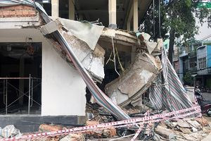 Sập nhà ở Sài Gòn, 2 công nhân bị vùi lấp