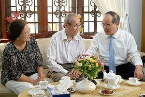 Lãnh đạo TP. HCM thăm và chúc mừng các nhà giáo tiêu biểu nhân ngày 20/11