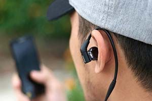 Clip: Hiểm họa khôn lường từ việc đeo tai nghe quá lâu
