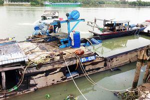 Trục vớt tàu chở 26 tấn axit chìm trên sông Đồng Nai