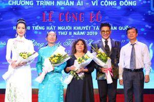 Trịnh Kim Chi diện áo dài trắng hát cùng người khuyết tật