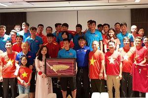 Động viên đội tuyển bóng đá Việt Nam trước trận đấu với Myanmar