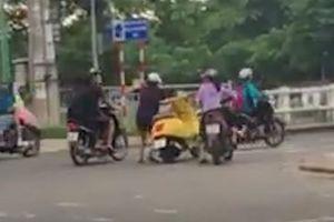 Tài xế trượt tay lái khiến xe máy đâm thẳng vào xe khác