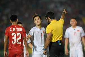 Văn Toàn ăn mừng hụt bàn thắng vào lưới tuyển Myanmar