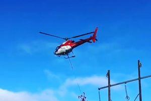 Độc đáo với phương pháp dùng trực thăng để giăng dây điện