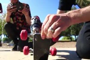 Dùng iPhone XS Max làm ván trượt khiến dân mạng 'xót xa'