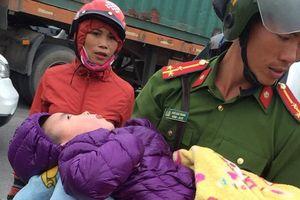 Bé trai 3 tuổi bị bỏ rơi nằm thoi thóp dưới chân cầu