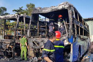 2 xe khách giường nằm cháy trơ khung kèm theo tiếng nổ lớn