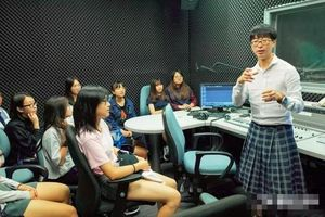 Nam giáo sư thích mặc váy đi dạy và sự thật gây choáng