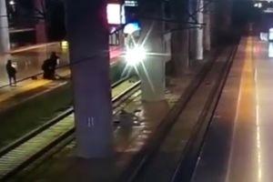 Chàng trai cứu bạn gái thoát chết trước mũi tàu hỏa như phim