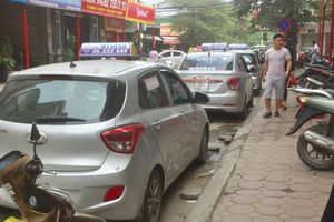 Đường Đình Thôn: Xe Taxi dừng đỗ tràn lan dưới lòng đường gây cản trở giao thông
