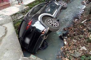 Thêm một nữ tài xế điều khiển Mazda CX5 bất ngờ mất lái lao thẳng xuống… mương nước thải