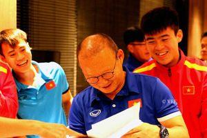 HLV Park Hang Seo tươi cười rạng rỡ khi nhận bức tranh chân dung do các học trò của mình phác họa nhân dịp 20/11