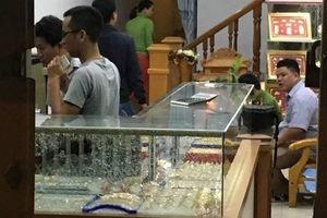 Vờ mua hàng, thanh niên bất ngờ đập vỡ kính cướp tiệm vàng giữa phố