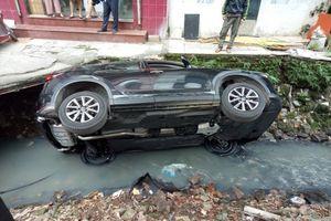 Hà Nội: Nữ tài xế mất lái, Mazda CX5 'tắm' mương nước thải