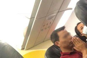 Hành khách chắp tay cầu nguyện vì máy bay Vietjet Air gặp sự cố