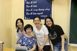 Gần 60 tuổi, cô giáo dạy Văn vẫn tạo sức hút hút học trò qua dạy trực tuyến