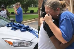 Món quà hào phóng của phụ huynh khiến cô giáo òa khóc vì xúc động