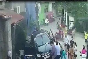 Lan truyền clip ô tô lao vào đám đông, húc văng nhiều người ở Hà Nội