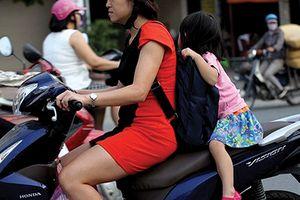 Cẩn thận khi chở trẻ em trên đường!