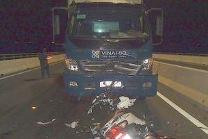 Đi ngược chiều bị xe tải tông, hai cô gái trẻ tử vong