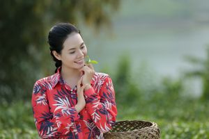 Lương Nguyệt Anh hóa thôn nữ hái chè xinh đẹp trong phim ca nhạc mới