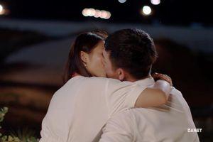 'Hậu duệ mặt trời': Duy Kiên - Hoài Phương hôn nhau đắm đuối