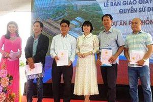 Công ty Phú Hồng Thịnh trao sổ đỏ cho khách hàng mua nền tại dự án