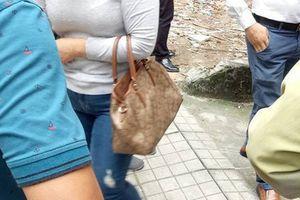 Nữ tài xế lái CX-5 lao thẳng xuống mương nước thải tại Hà Nội