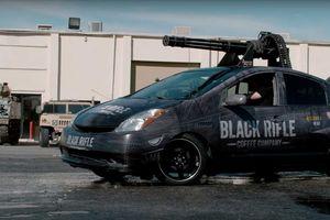 Gắn súng máy cho Toyota Prius, có thể đốt 180.000 USD/phút