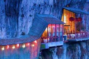 Nhà hàng đá đè thách thức du khách muốn ăn phải vượt qua cây cầu thót tim này