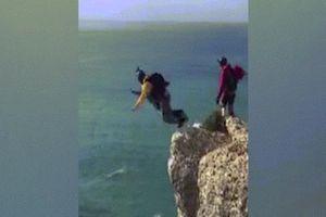 Bồ Đào Nha: Nhảy dù từ độ cao 100 mét xuống đất và kết cục đau lòng