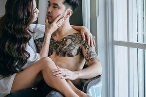 Ưng Hoàng Phúc bán nude, khoe hình xăm 'khủng' trong ảnh cưới siêu mẫu