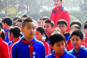 Nữ sinh 11 tuổi cao 2,1m bỗng trở nên khổng lồ giữa đám bạn học