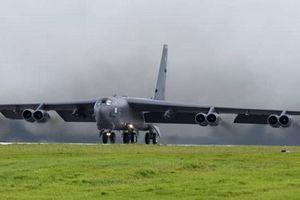 Sau khi cặp B-52 xuất hiện gần Biển Đông, mẫu hạm Mỹ lại cập cảng Hong Kong